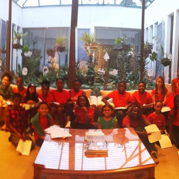 Une chorale d'élèves de l'école et du collège à l'ambassade de Grande Bretagne